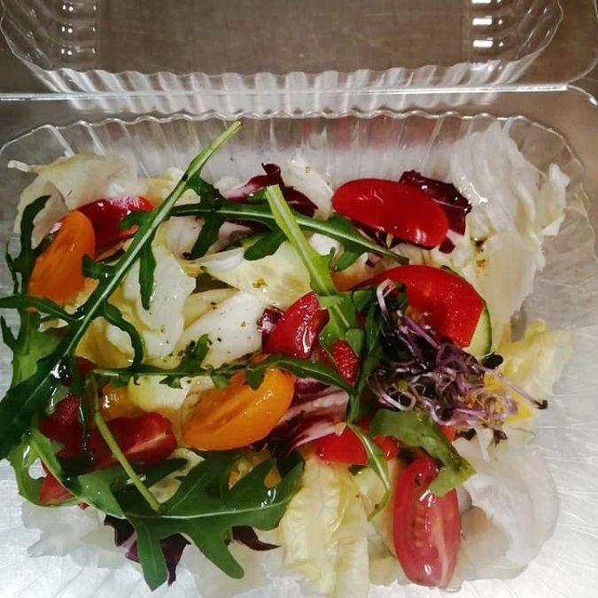 Sałatki, surówki do dań – sałatka ze świeżych warzyw / sałata, pomidor, ogórek, papryka, sos winegret